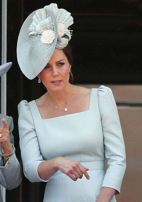 La duquesa de Cambridge optó por un vestido azul claro de Alexander McQueen a juego con sombrero de Juliette Botterill. (AP)