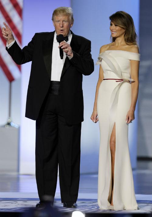 Para el baile de inauguración, optó por un modelo en tono vainilla diseñado por Herve Pierre con la colaboración de Melania. (Foto: AP)