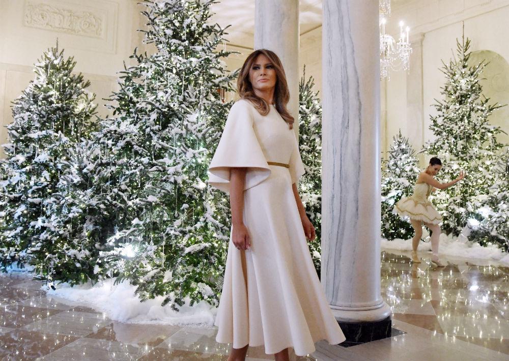 El pasado mes de noviembre, la primera dama de Estados Unidos, inauguró la decoración de la Casa Blanca, la primera desde que ella y su marido, se mudaron a la residencia presidencial el pasado enero. Para la ocasión, seleccionó un vestido crema, con mangas anchas y cinturón dorado, a juego con los zapatos. (Foto: EFE)