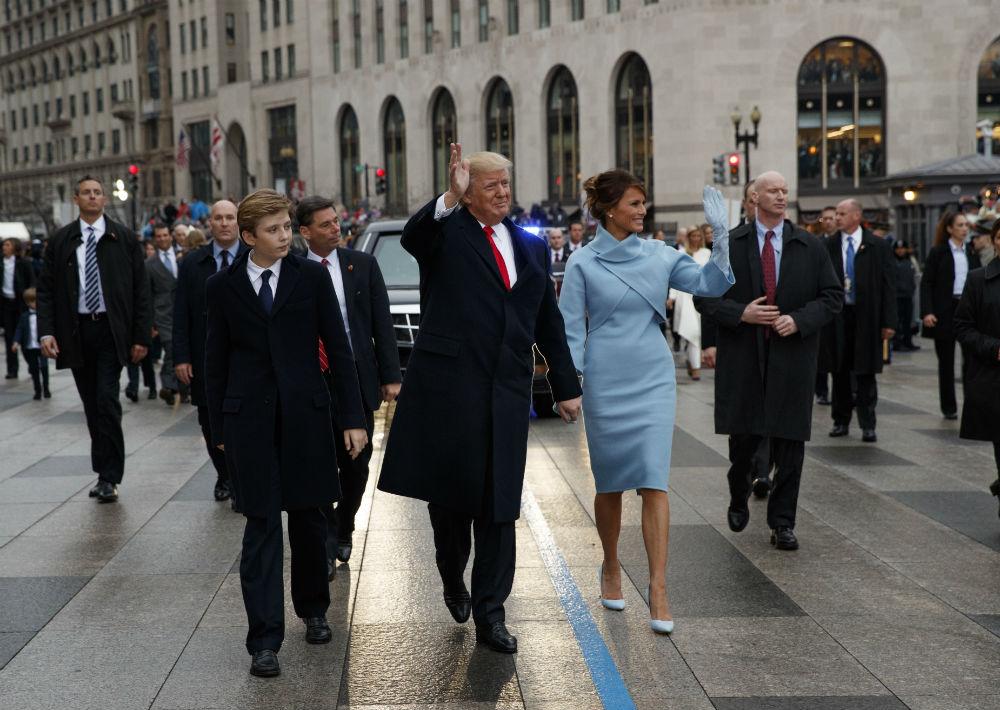 Al acto de juramentación de su esposo, Donald Trump, Melania llevó un vestido sastre azul claro, con guantes largos y zapatos del mismo tono, diseñado por Ralph Lauren. Un estilo muy similar al que caracterizó a Jacqueline Kennedy cuando fue primera dama de la nación americana a principios de la década del 60. (Foto: AP)