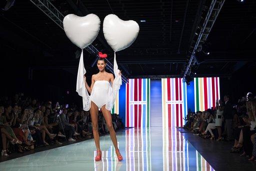 Una modelo desfila los coloridos diseños de Agatha Ruiz de la Prada en el Miami Fashion Week. Bryan Cereijo/Miami Herald via AP.