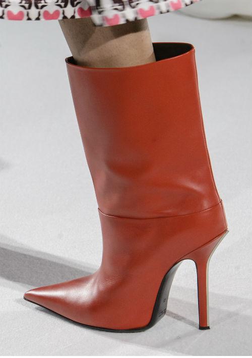 Pero si no te sientes tan audaz como para llevar este tipo de bota, puedes escoger entre las altas por debajo de la rodilla, las que llegan a media pierna y el conveniente botín que solo cubre el tobillo. Diseñador: Mila Schon. (WGSN)