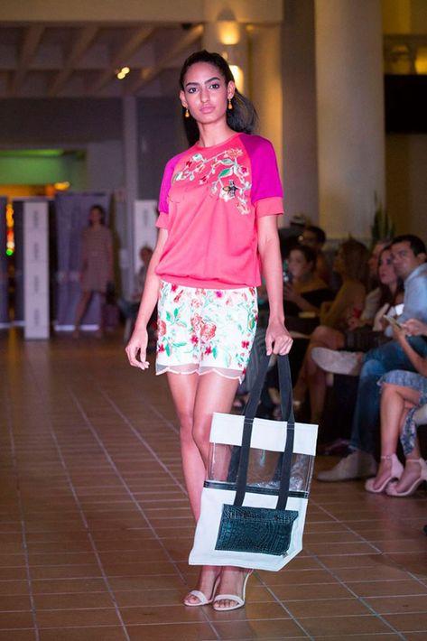Los pantalones cortos continúan siendo de las piezas favoritas en la moda resort. En la foto, una modelo desfila una creación de Miriam Budet.