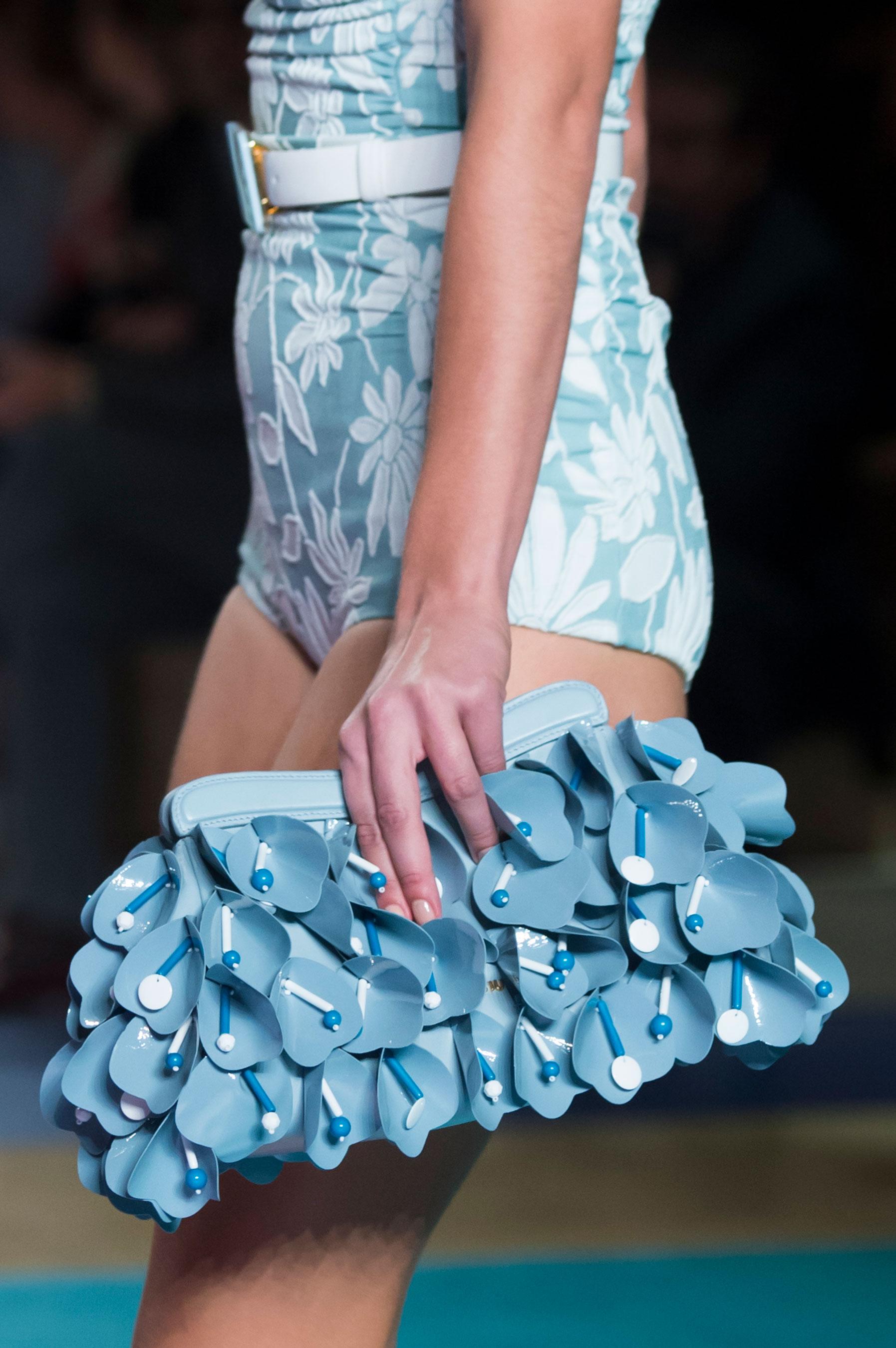 Otro que se fue con volantes pequeños y detalles al relieve para ornamentarlas fue Miu Miu. (The Fashion Group Foundation)