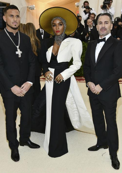 El diseñador Marc Jacobs y su prometido, Char Defrancesco, desfilaron con Janelle Monae. (AP)