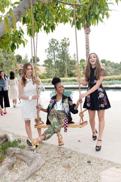 Como invitadas se encontraban las modelos juveniles del momento, quienes se paseaban por los jardines, se mecían en columpios colgados de los árboles o sentadas, incluso en el césped, a escuchar música en vivo de fondo. En la foto, Lilia Buckingham, Skai Jackson y Maddie Ziegler.