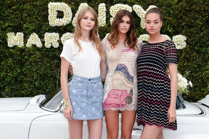 Kaia Gerber al centro, junto a Sofia Mechetner y Dilia Martins, modelos que le acompañan en el anuncio de la campaña de Daisy.