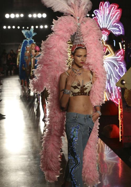 Jeremy Scott, director creativo de la casa de modas Moschino, presentó el jueves en Los Ángeles una espectacular colección temática de Las Vegas. (Willy Sanjuan/Invision/AP)