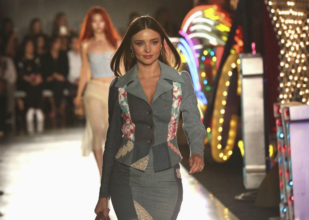 La modelo Miranda Kerr fue una de las que apareció en pasarela para el desfile. (Willy Sanjuan/Invision/AP)