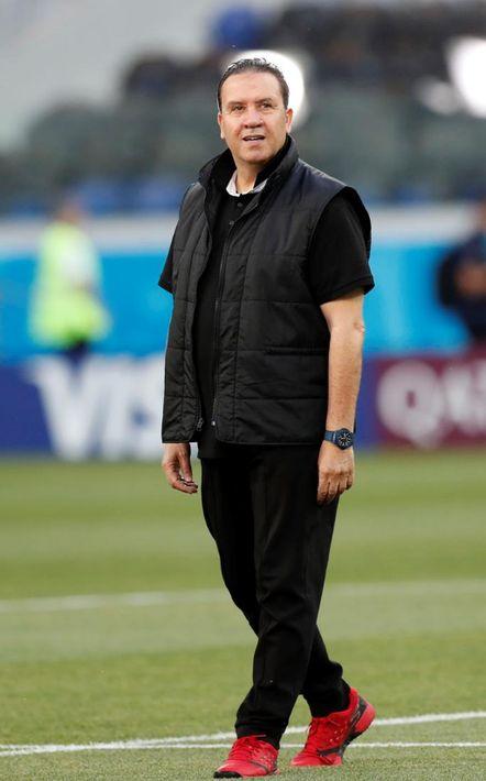 El entrenador de la selección de Túnez, Nabil Maaloul, también prefiere asistir más cómodo a los partidos, utilizando un estilo deportivo. (EFE)