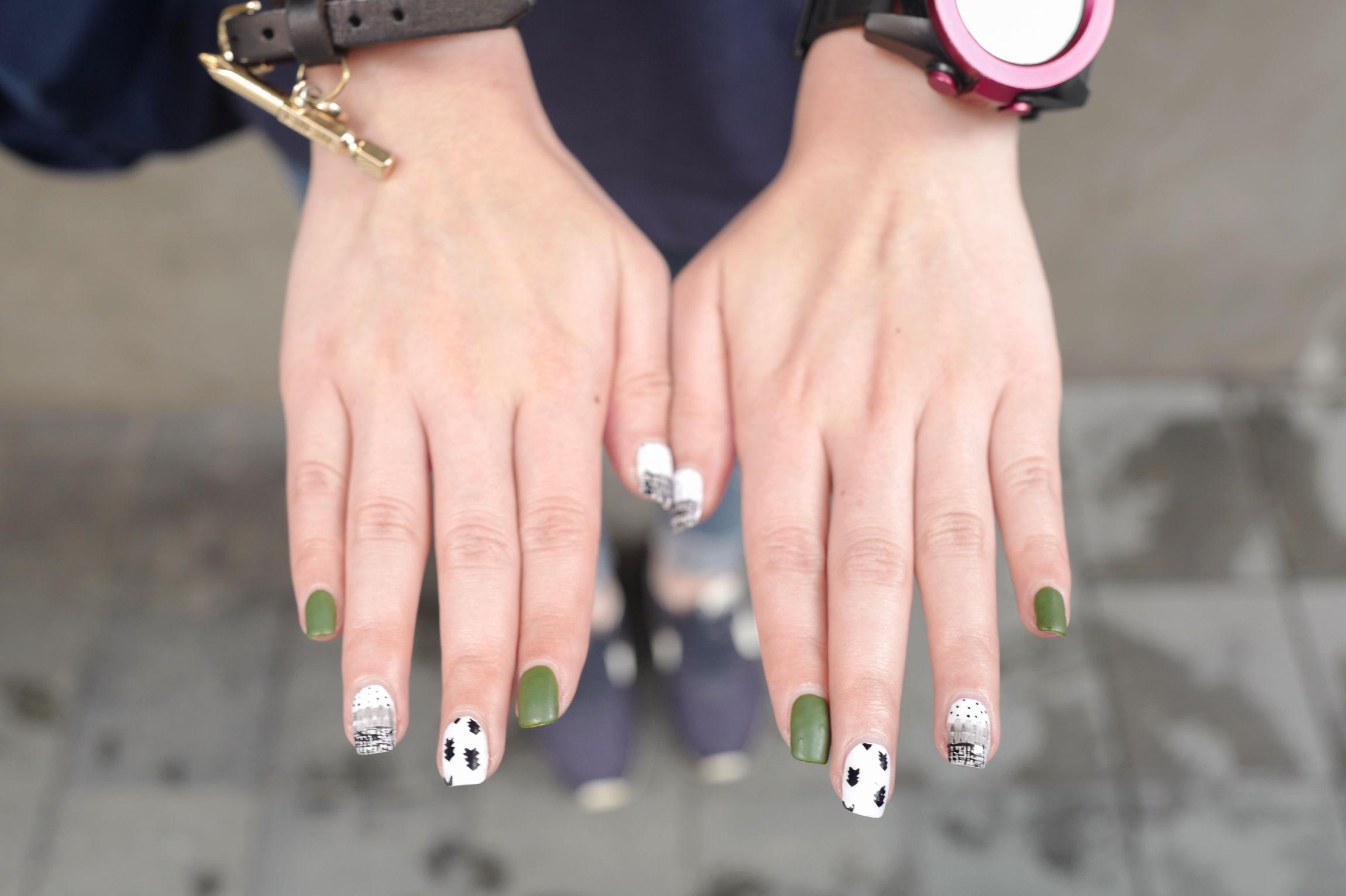 Street style en blanco, negro y verde.