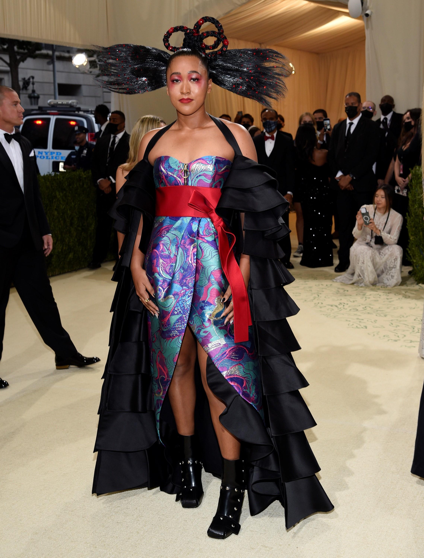 La tenista Naomi Osaka viste un diseño de Louis Vuitton.