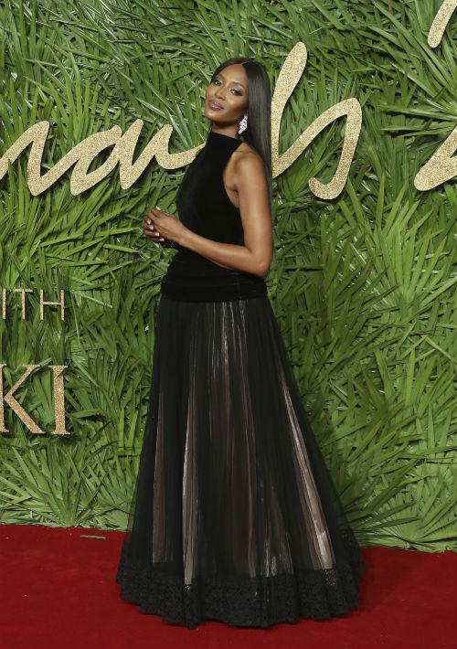 Naomi Campbell estuvo a cargo del homenaje que se le hizo al diseñador Azzedine Alaia, fallecido hace dos semanas en París. (Foto: AP)
