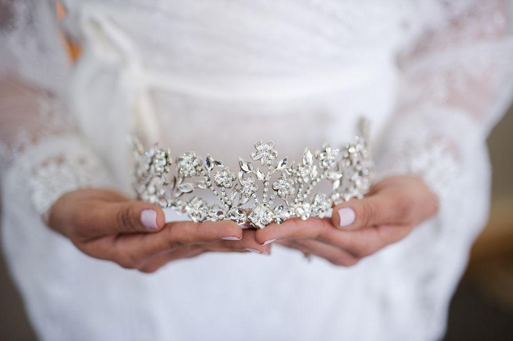 La corona de la novia de D'Royal Bride y zapatos de la novia: Badgley Mischka.