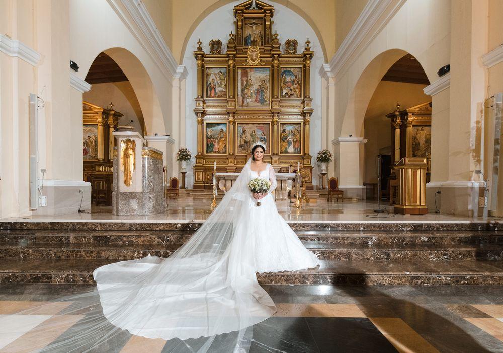 La radiante novia en el altar de la Catedral Nuestra Señora de la Candelaria en Mayagüez. Foto William de la Cruz Photography