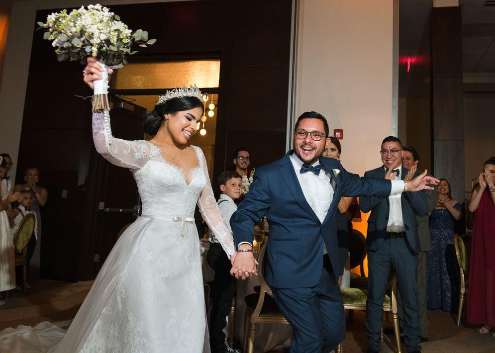 Nathalia Carolina Cancel Villamil y Jesús Antonio Muñiz Medina hacen su entrada oficial como esposos a la recepción, que se llevó a cabo en Rincón Beach Resort. Foto William de la Cruz Photography