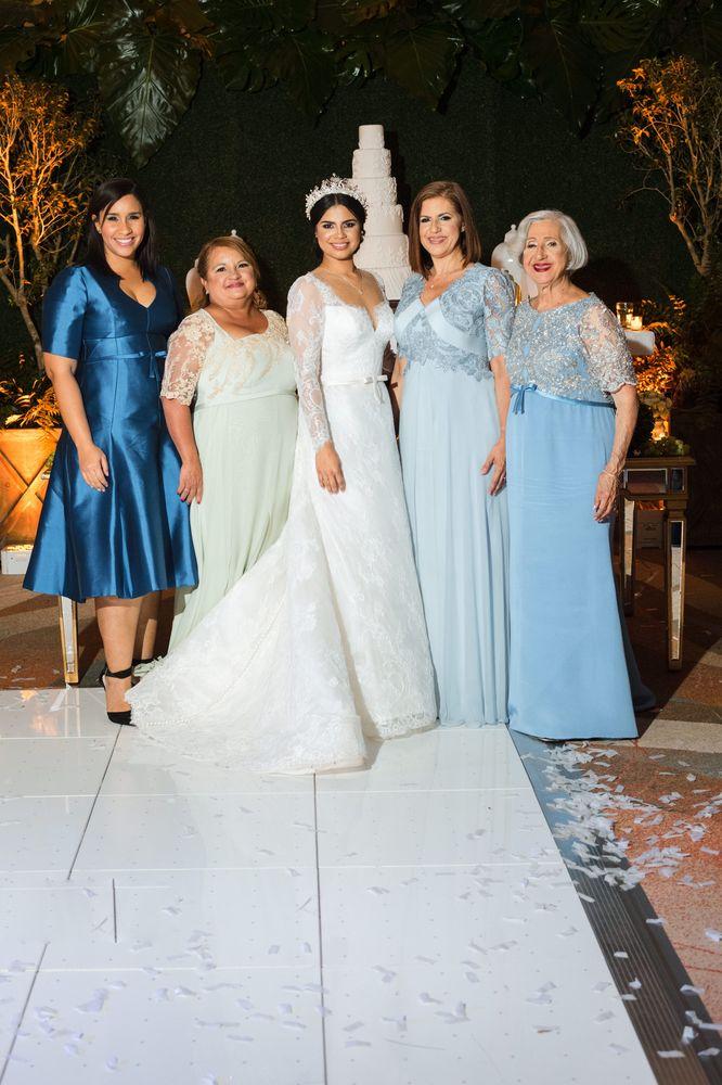 La novia, su madre, la madre del novio y la coordinadora, todas lucieron creaciones de Harry Robles Foto William de la Cruz Photography