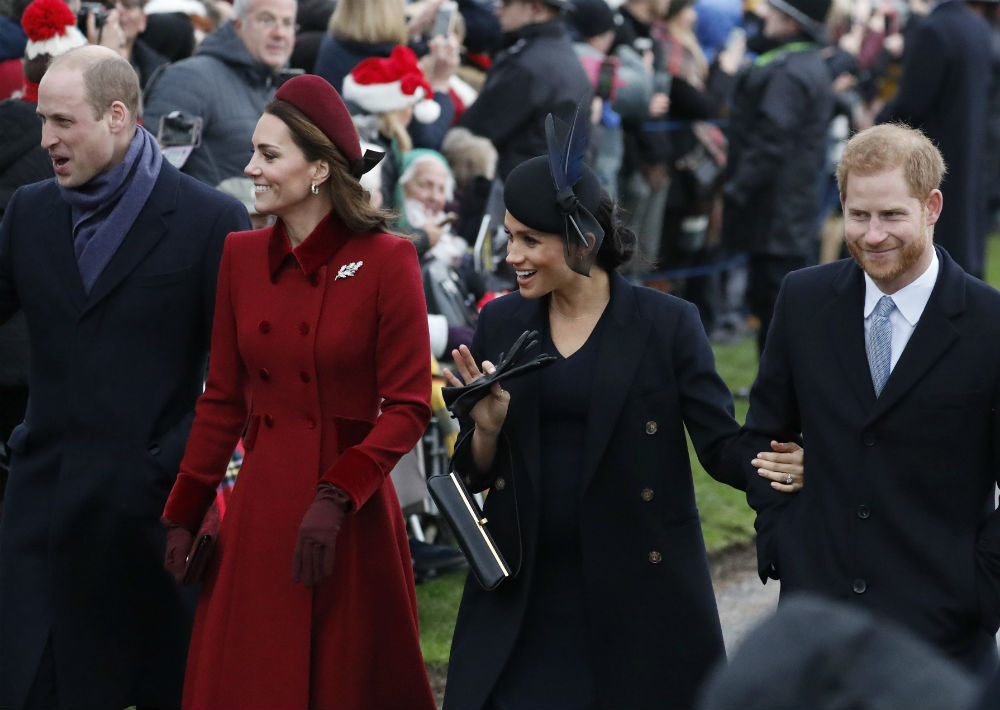 Los duqeues de Cambridge y Sussex acudieron ayer a la tradicional misa de Navidad. (AP)