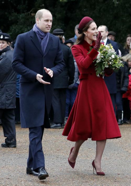 La familia real saludó a los curiosos que se acercaron a recibirlos. (AP)