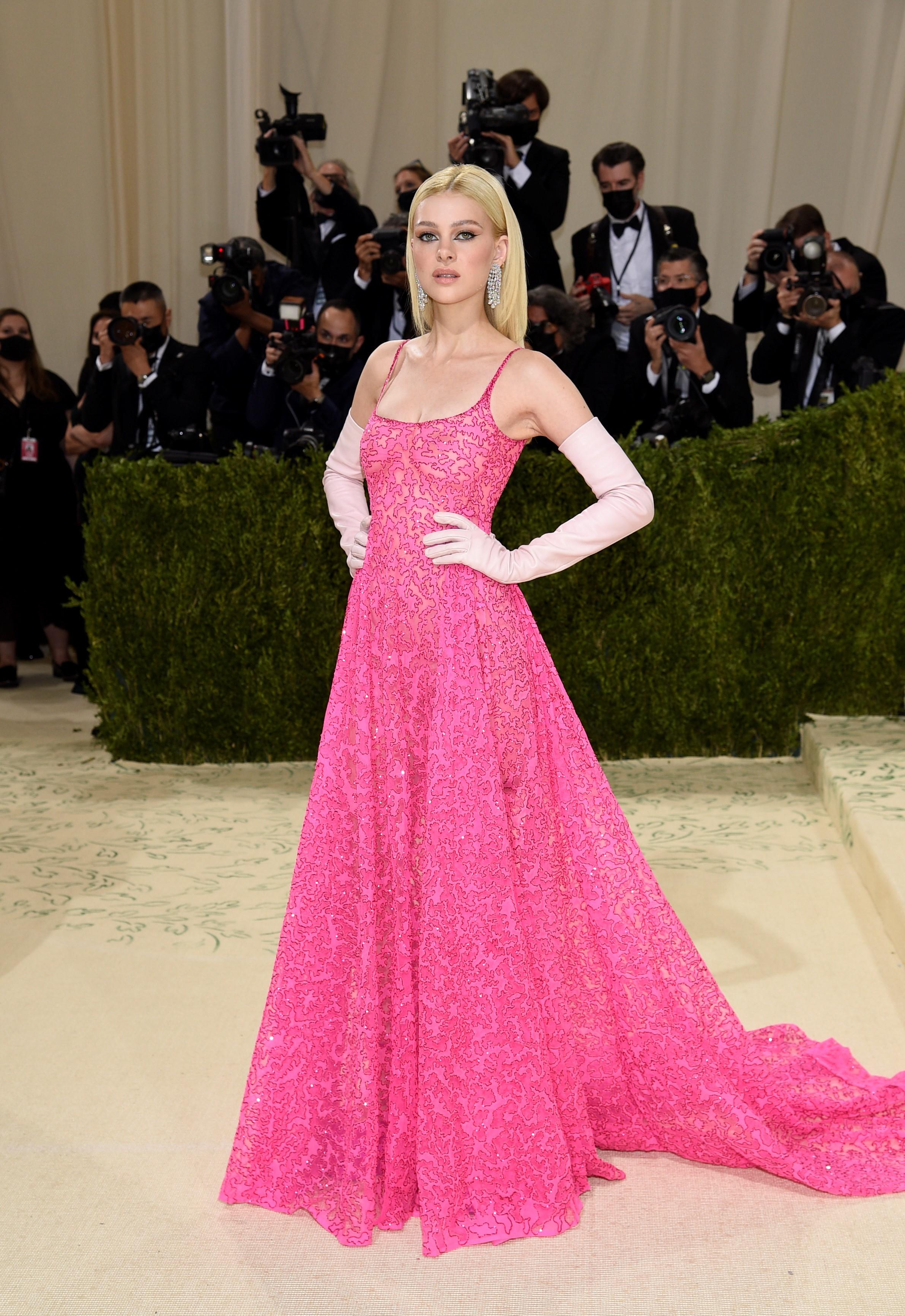 La actriz y modelo estadounidense Nicola Peltz, con un look de Valentino.