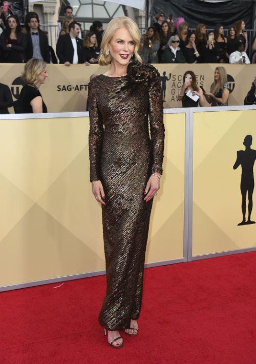 Como es costumbre, Nicole Kidman fue una de las mejor vestidas de la noche, en esta ocasión con un modelo de mangas largas y en lentejuelas de Armani Privé. (Foto: AP/Jordan Strauss)