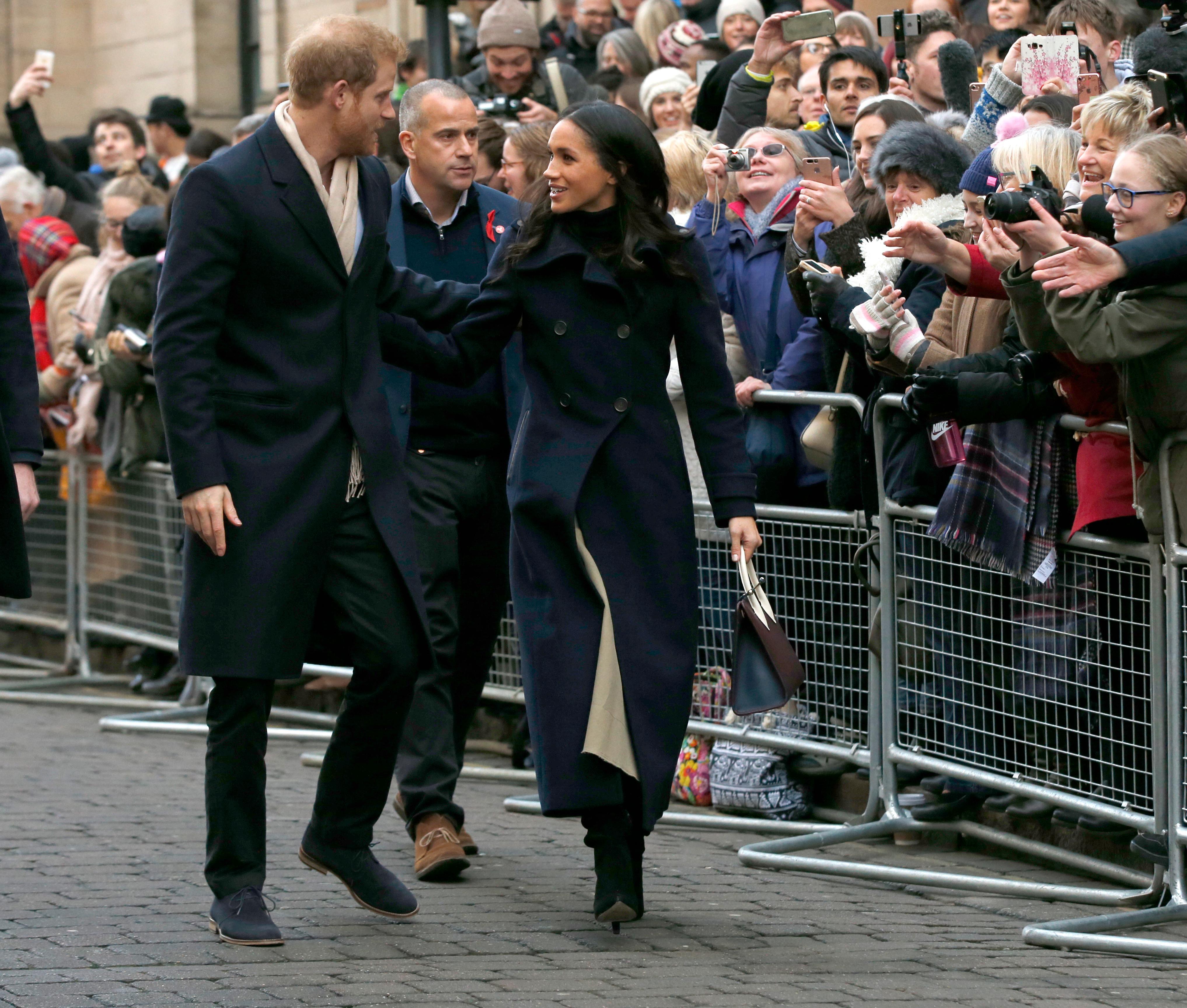 La primera visita oficial juntos fue a Nottingham, al centro de Inglaterra, el 1 de diciembre de 2017. Los curiosos abarrotaron las calles de la localidad para ver de cerca a la nueva pareja. (Archivo)