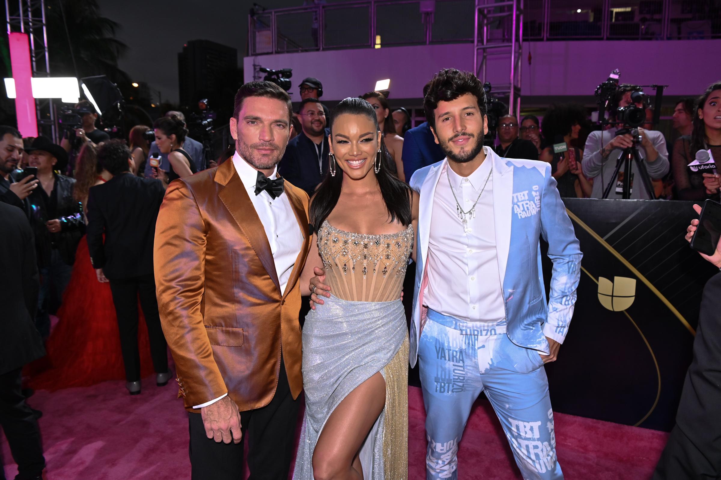 Zuleyka Rivera, vestida de Sadek Majed, posó junto a Julián Gil y Sebastián Yatra. (Suministradas)
