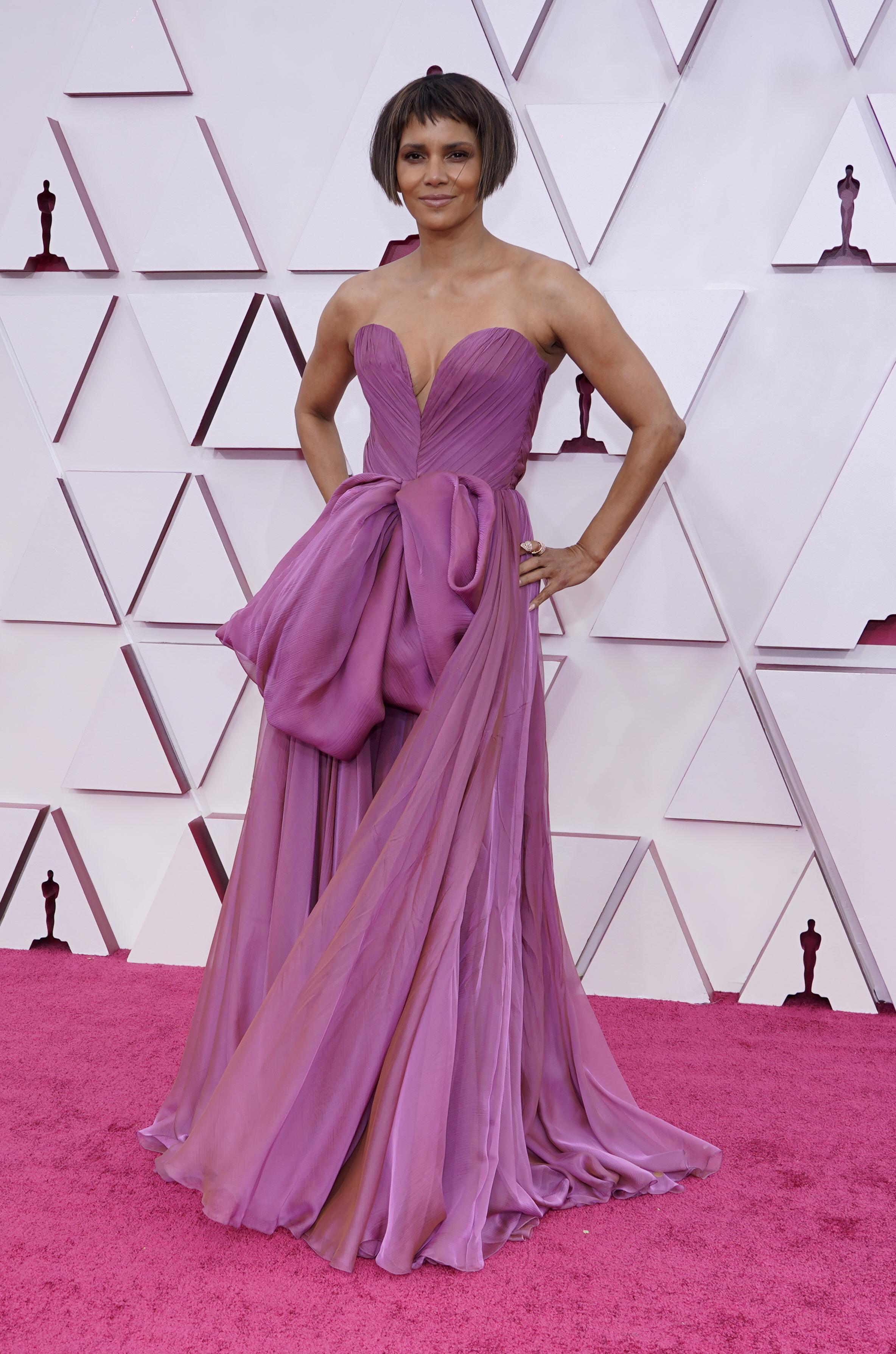 """La actriz en Halle Berry impactó con su nuevo """"look"""" al cortarse el cabello en en un """"microbob"""" y pollina corta."""