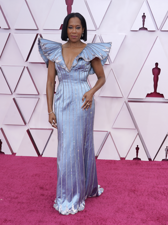 La actriz Regina King optó por un diseño azul de Louis Vuitton. (AP)