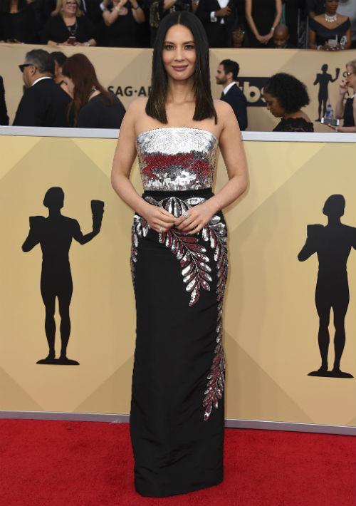 """Olivia Munn vistió un modelo """"strapless"""" con detalles en lentejuelas, de Oscar de la Renta. (Foto: AP/Jordan Strauss)"""