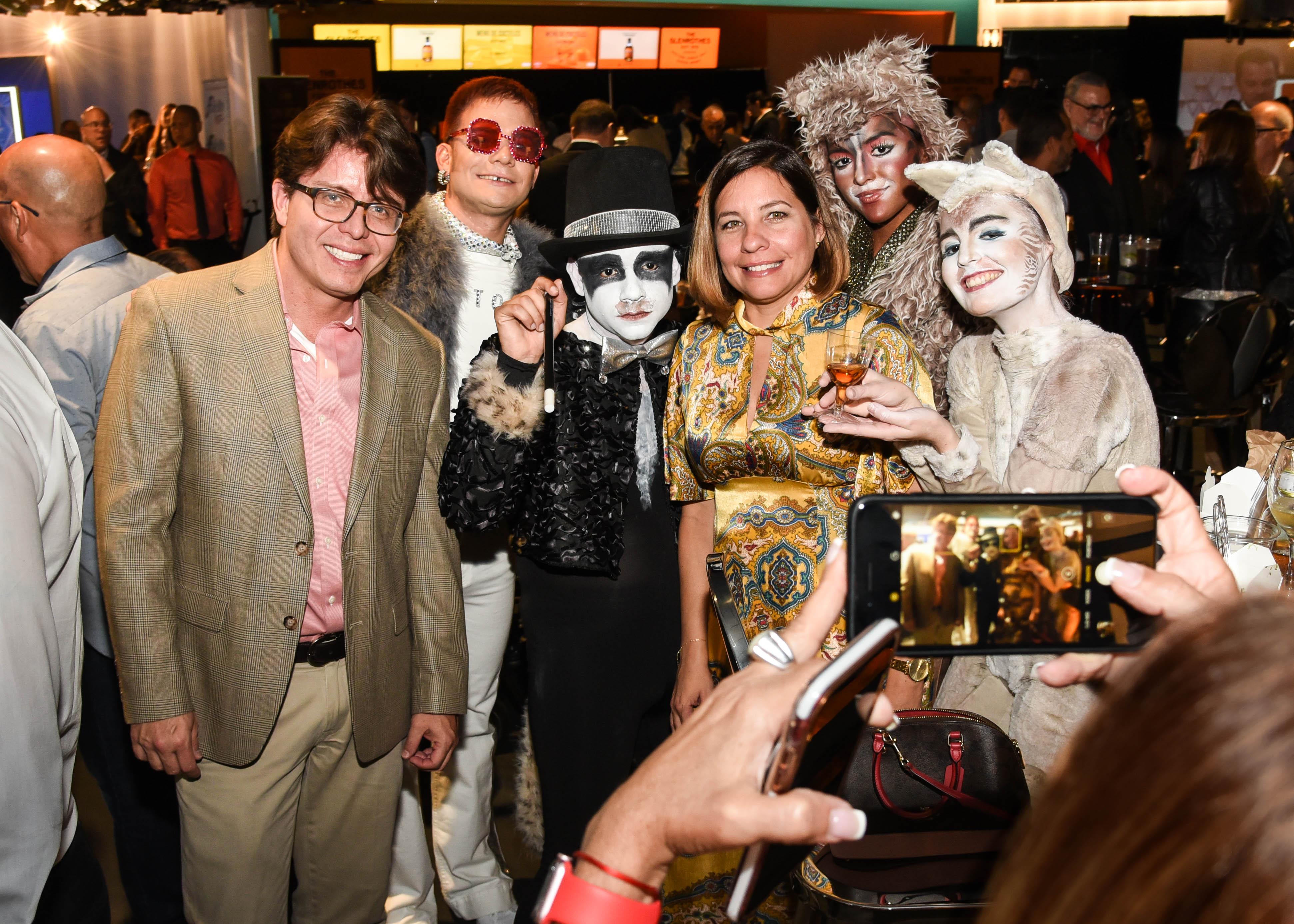 Edinson Camargo e Ivonne Vélez se hacen una foto con personajes de las películas Cats y Rocketman. (Enid M. Salgado)