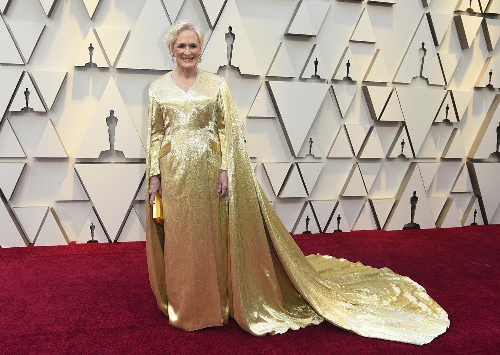 a4572059e07 Glenn Close lució como una reina al desfilar en un vestido color oro  Carolina Herrera en