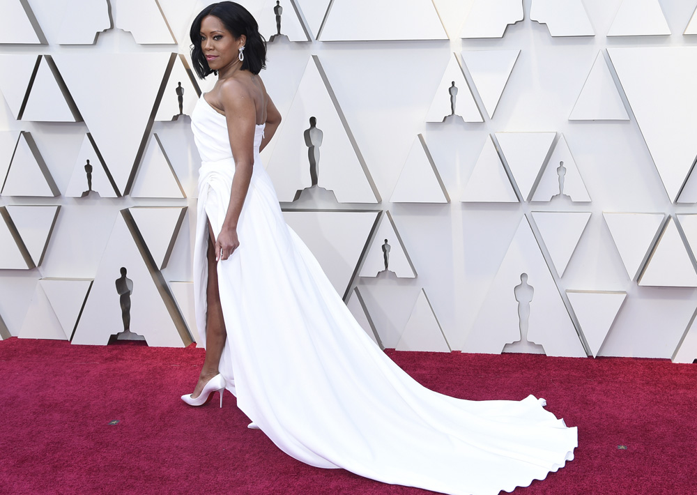 Regina King emuló la antigua moda hollywoodense con un traje clásico blanco. (Richard Shotwell/Invision/AP)