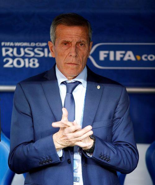 El que sí sabe de elegancia es el técnico de la selección de Uruguay, Oscar Washington Tábarez, quien optó por vestir de traje y corbata. (EFE)