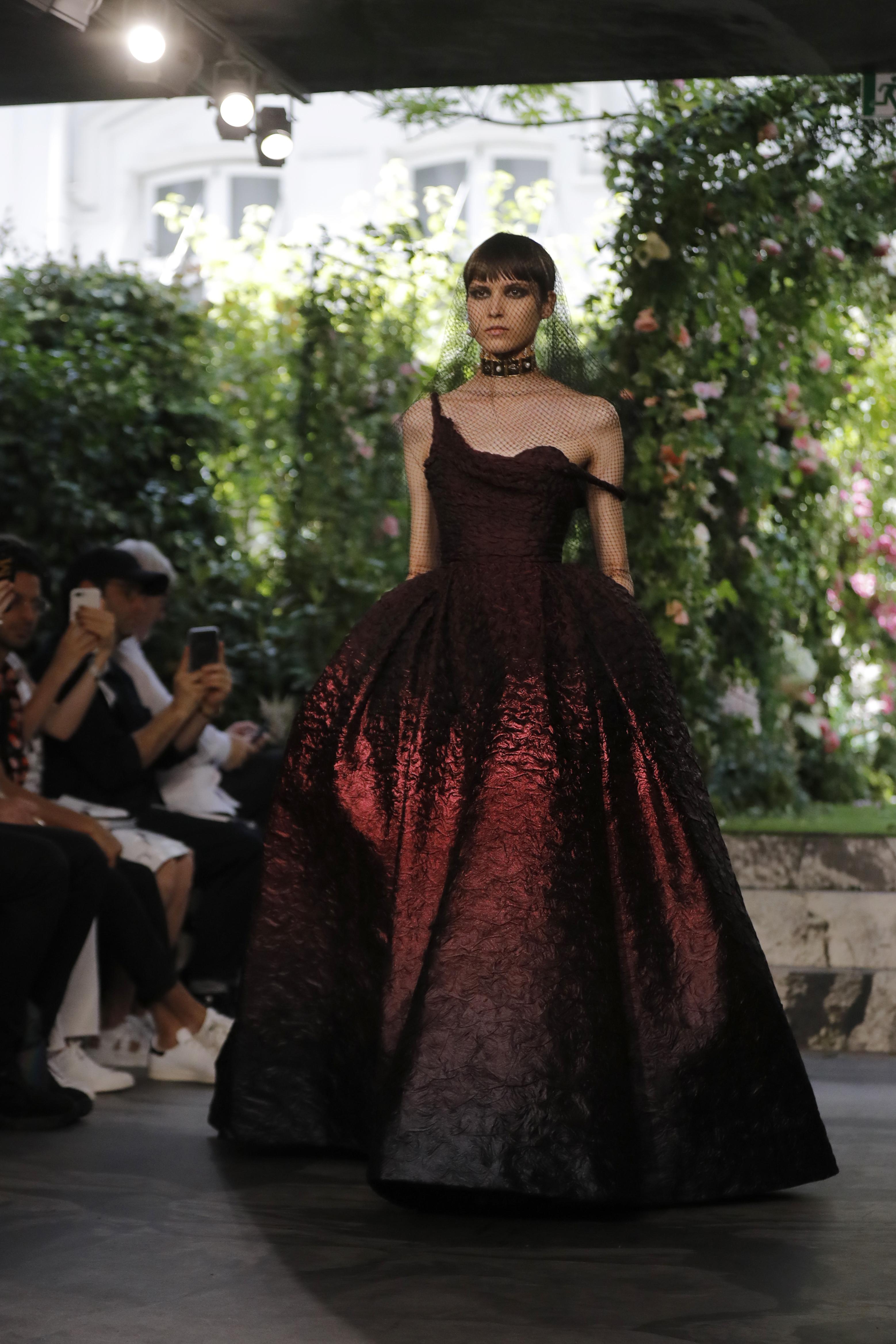 Dior volvió a la arquitectura esencial de la confección, y la inclinación de su difunto diseñador por el negro. (AP)