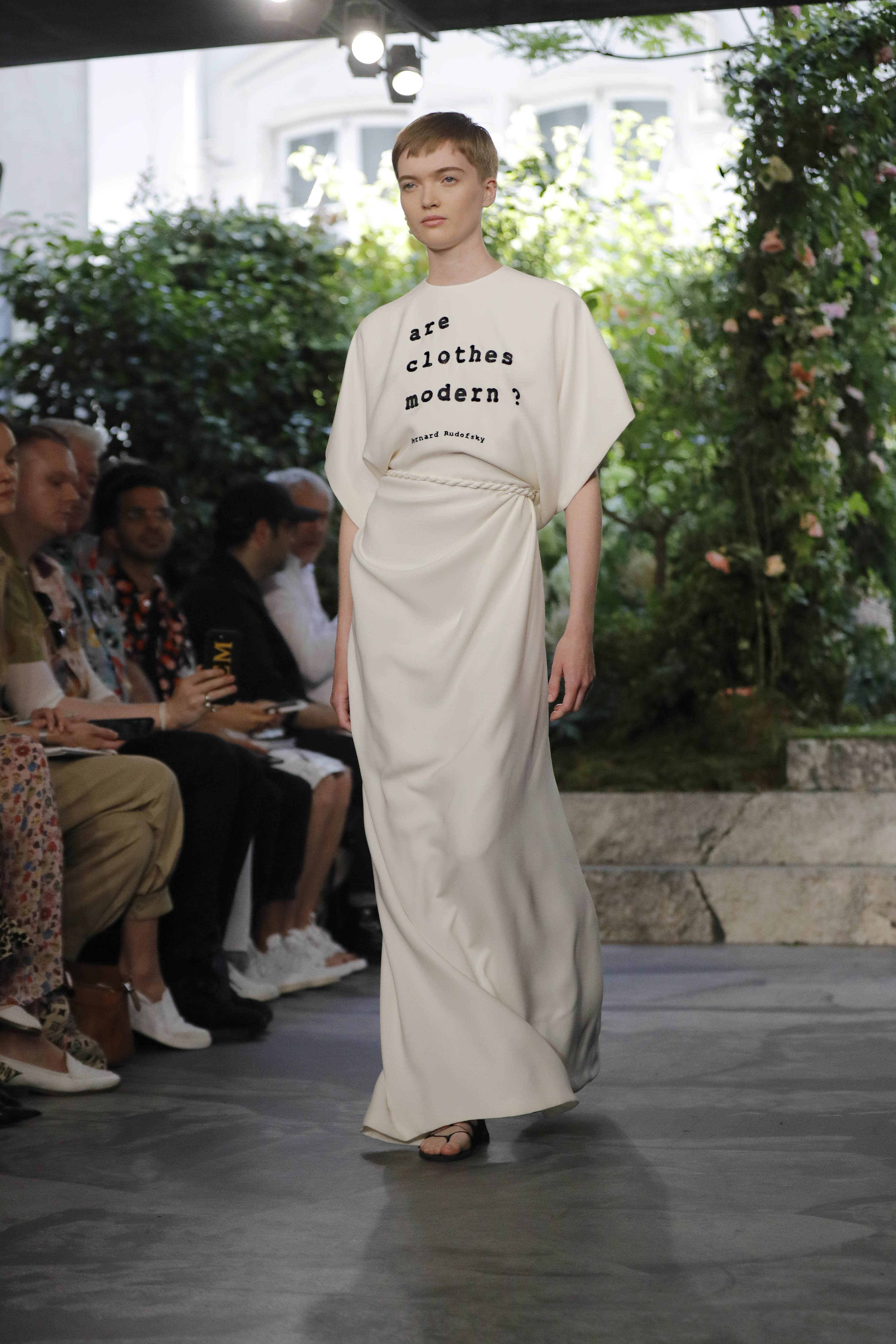 Chiuri recibió el premio civil más alto de Francia, la Legión de Honor, poco después del espectáculo por su contribución a la moda francesa. (AP)