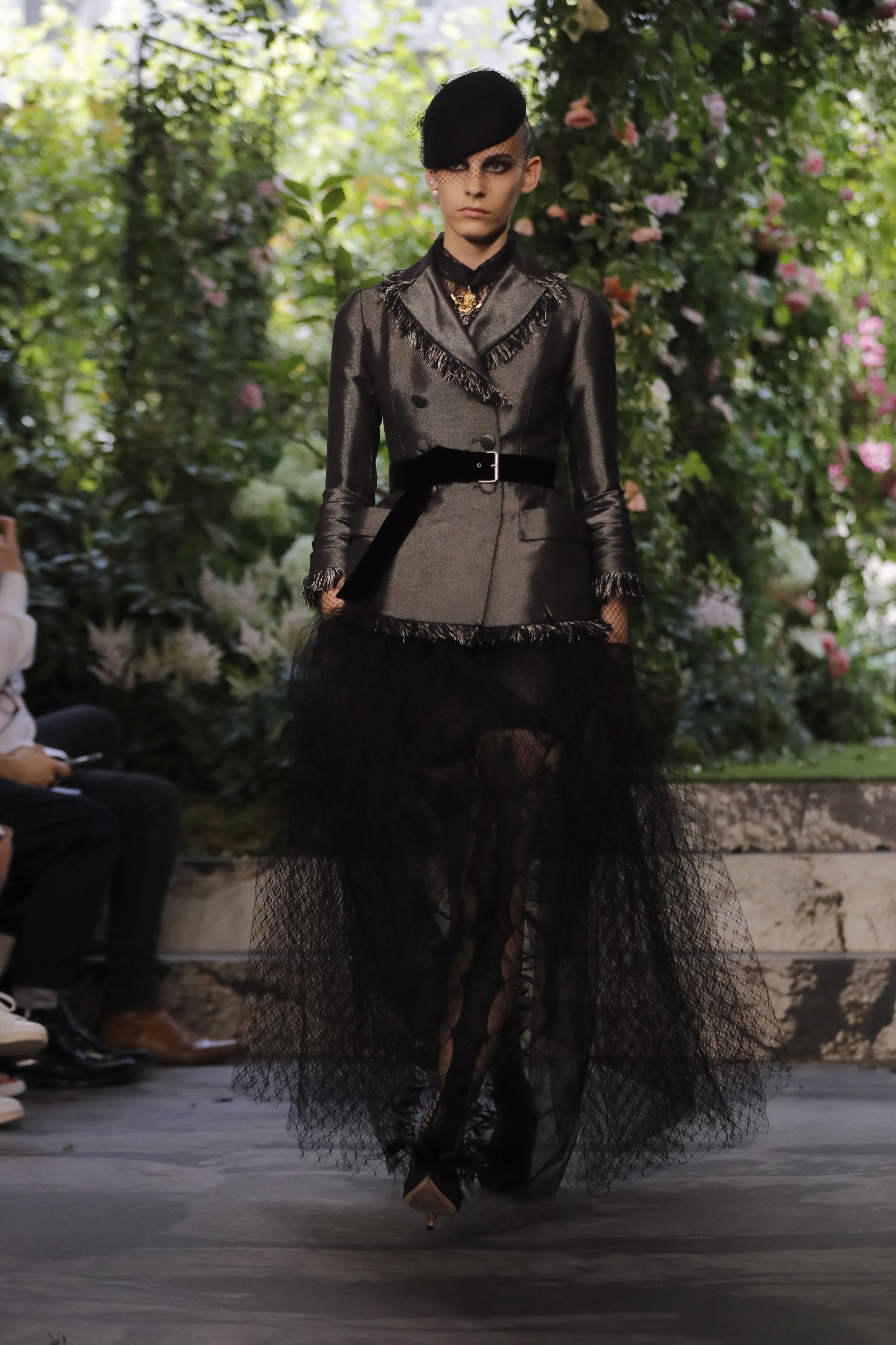 """Christian Dior dijo una vez que """"podría escribir un libro sobre el negro"""", y en esto se basó la diseñadora. (AP)"""