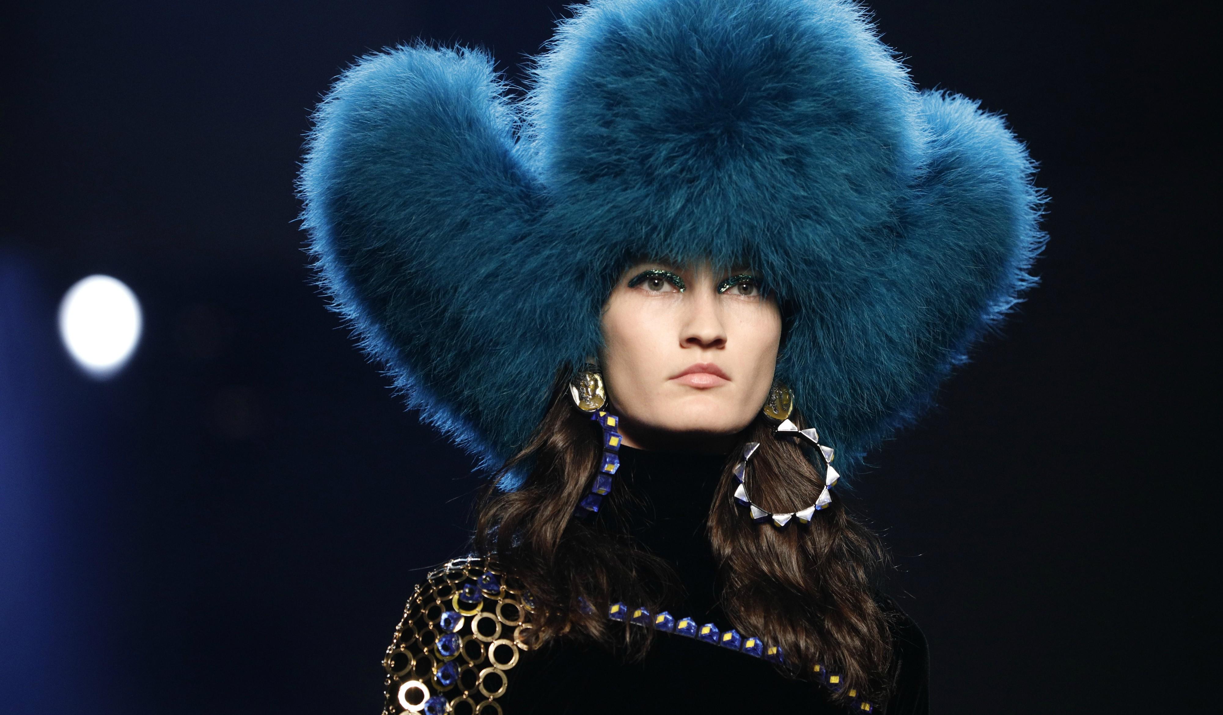 La súper modelo portuguesa Sara Sampaio y la cantante estadounidense Christina Aguilera, fueron caras conocidas que le apoyaron en su presentación. (EFE)