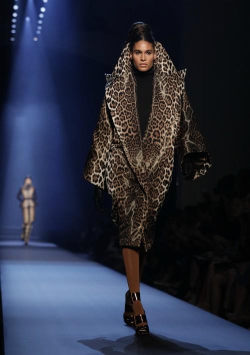 Los estilos presentados eran creaciones de generosos volúmenes, con abrigos acolchados y asimétricos, capas cónicas que cubrían también la cabeza y cinturas entalladas. (EFE)