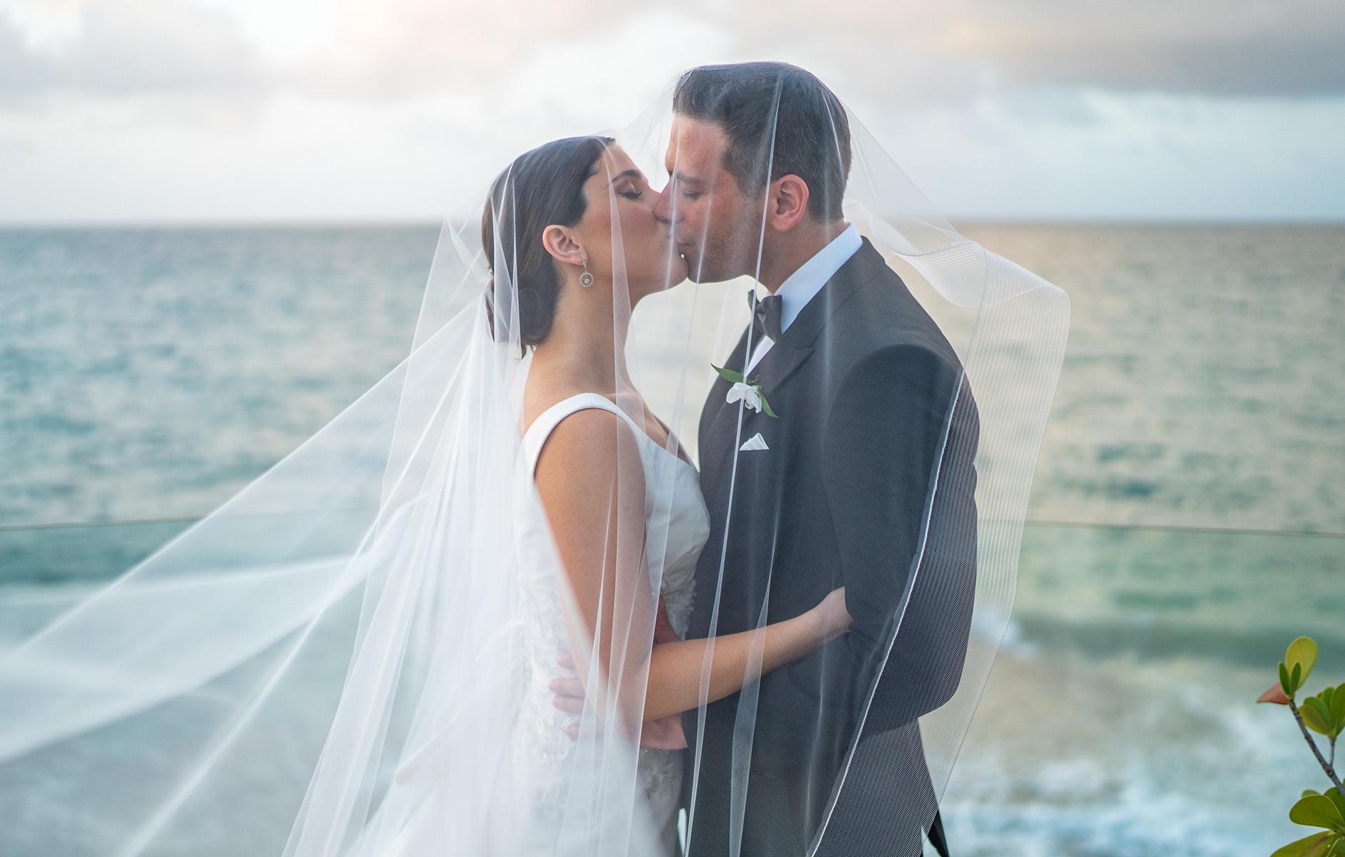 Los novios -que fueron de luna de miel a St. Lucía- en una romántica foto de Wilo Rosado.