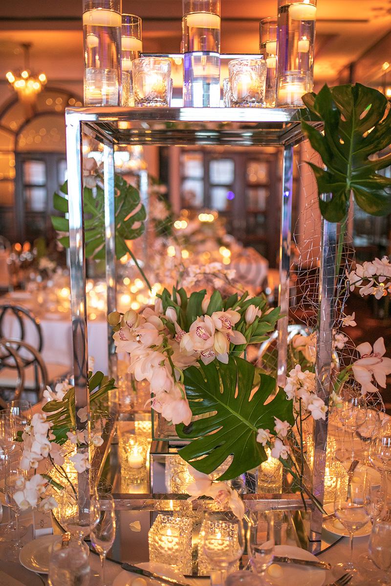 Tulipanes, orquídeas y follaje, con arreglos de Akua, eran el punto focal de las mesas. Foto Wilo Rosado.