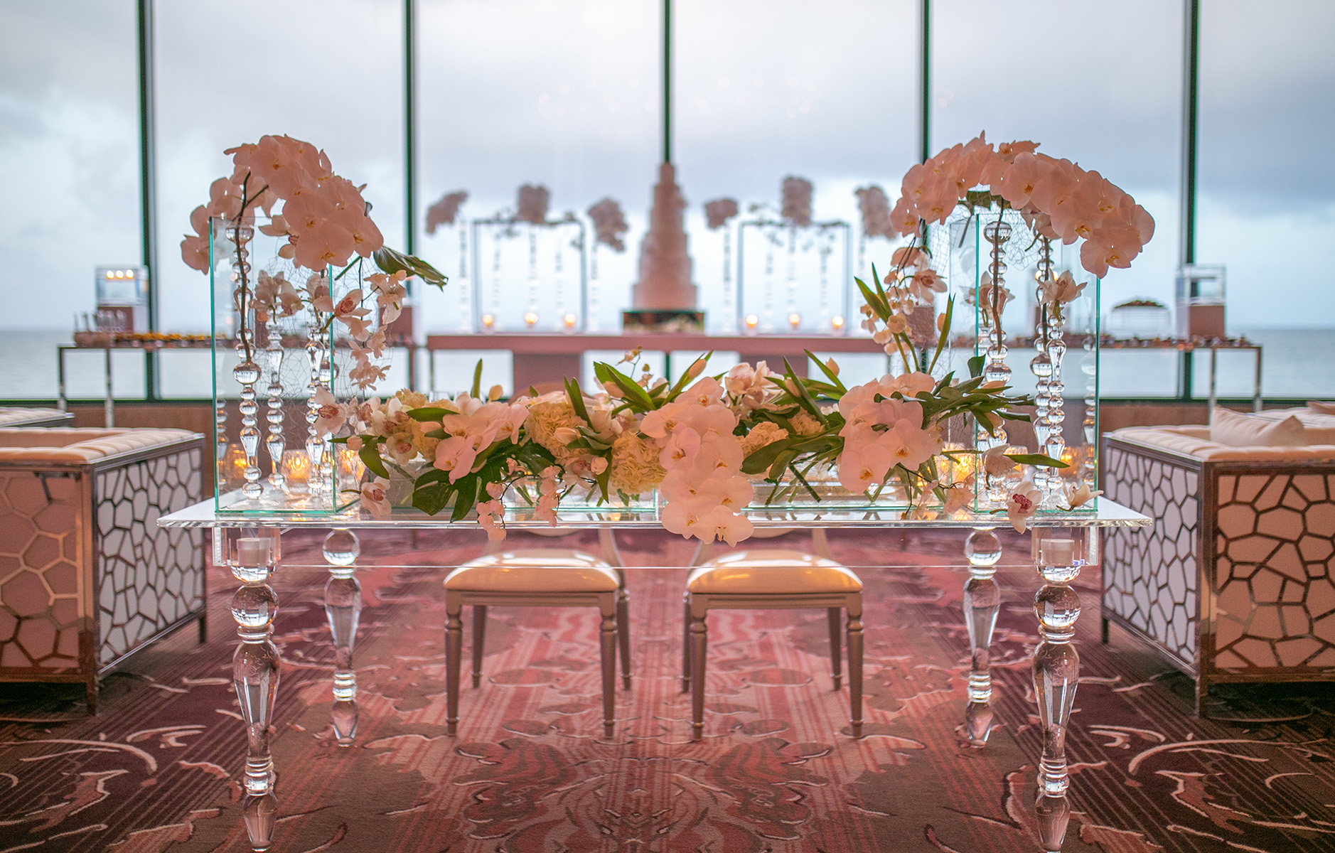 Elegante mesa de los novios, con flores blancas, obra de Akua. Foto Wilo Rosado.