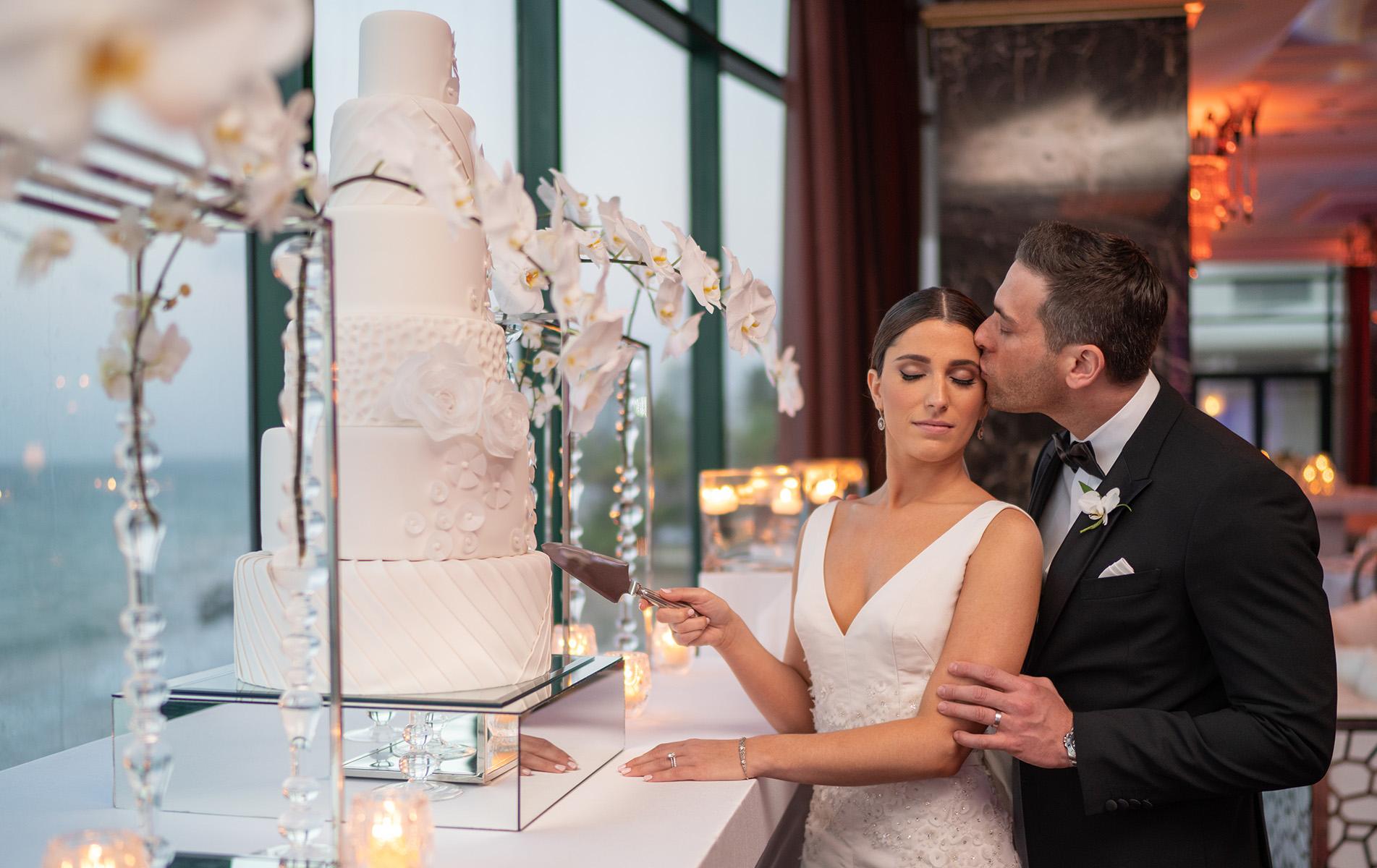 Patricia y Ofer cortaron un bizcocho exquisito de Gabriel Díaz Cake Designer. También sirvieron una mesa de postres, de Paulina Escanes. Foto Wilo Rosado.