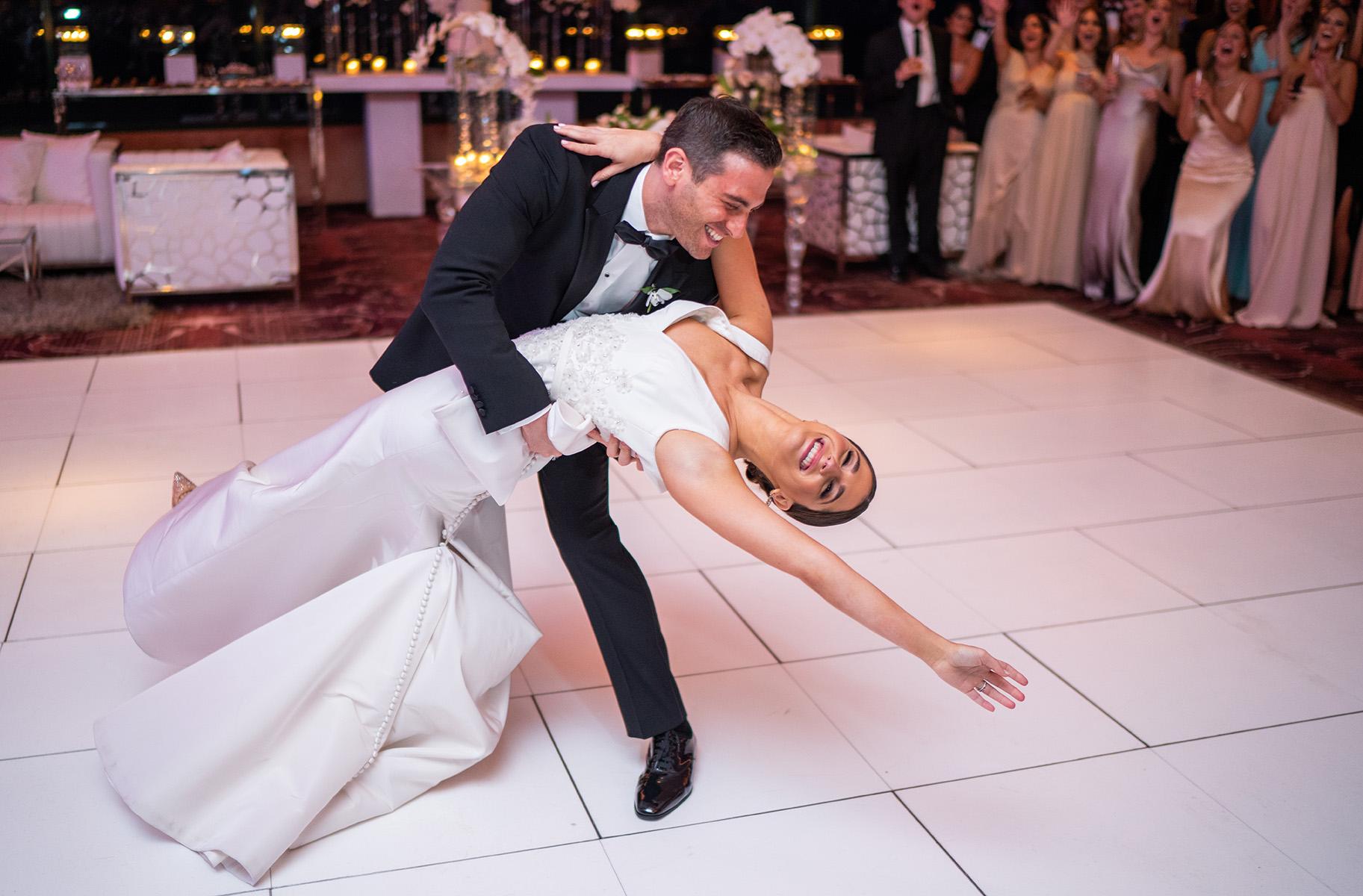 Inolvidable el primer baile de los nuevos esposos. La música en la ceremonia y el coctel fue de Allied Music. La recepción estuvo amenizada por DJ Joel BigJ, Ale Croatto, Cuenta Regresiva y SAK Entertainment. Foto Wilo Rosado.