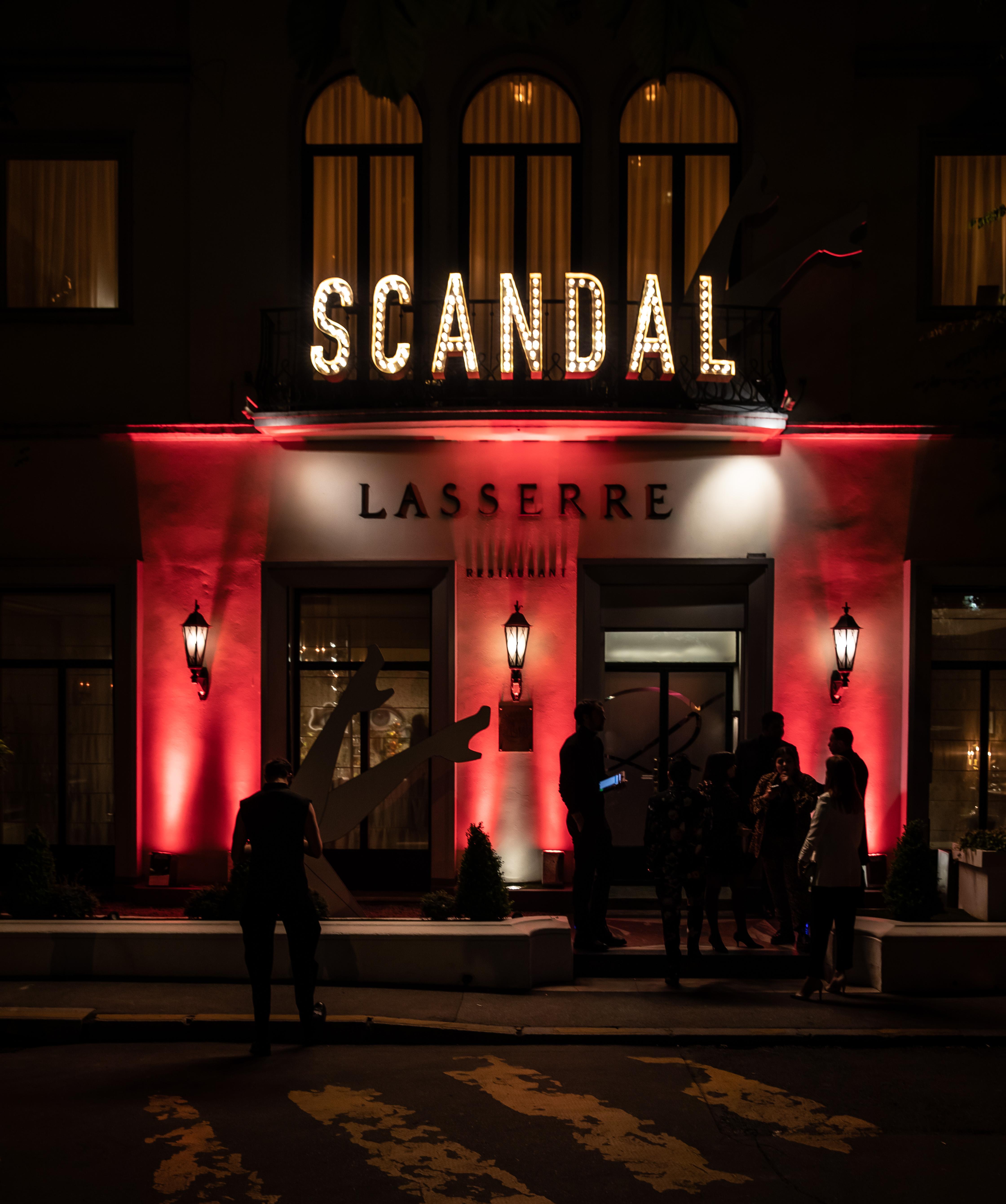 Vista del restaurante Lasserre al anochecer. Fotos Paul Blind, Francois Goizé, Valentin Lecron.