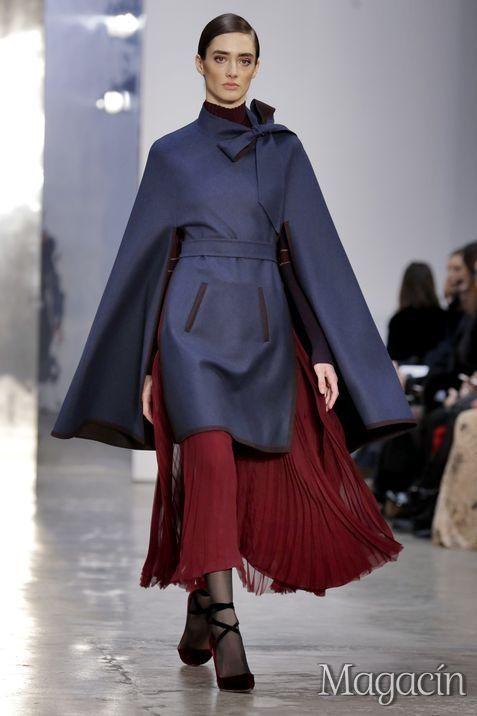 Una modelo recorre la pasarela durante el desfile de Carolina Herrera en la Semana de la Moda de Nueva York.