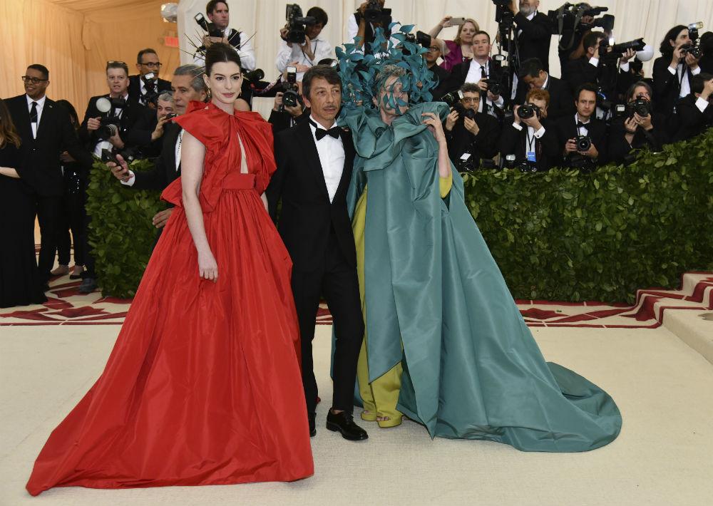 Pierpaolo Piccioli director creativo de la casa de moda Valentino desfiló con Anne Hathaway y Frances McDormand. (AP)
