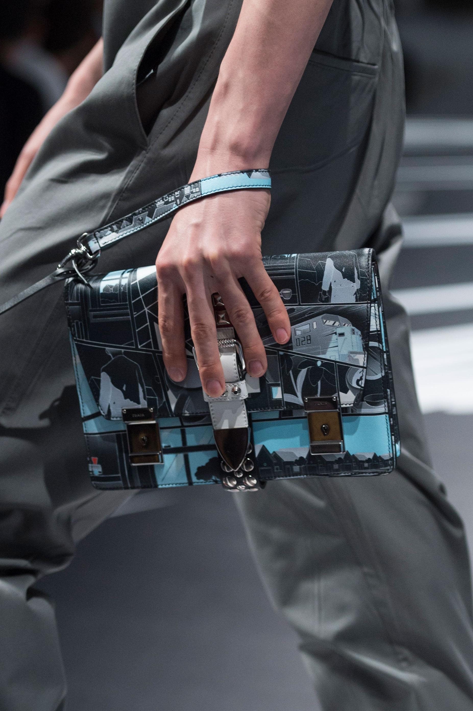 Blanco, celeste y negro, para este diseño de bolso de Prada. Foto: WGSN.
