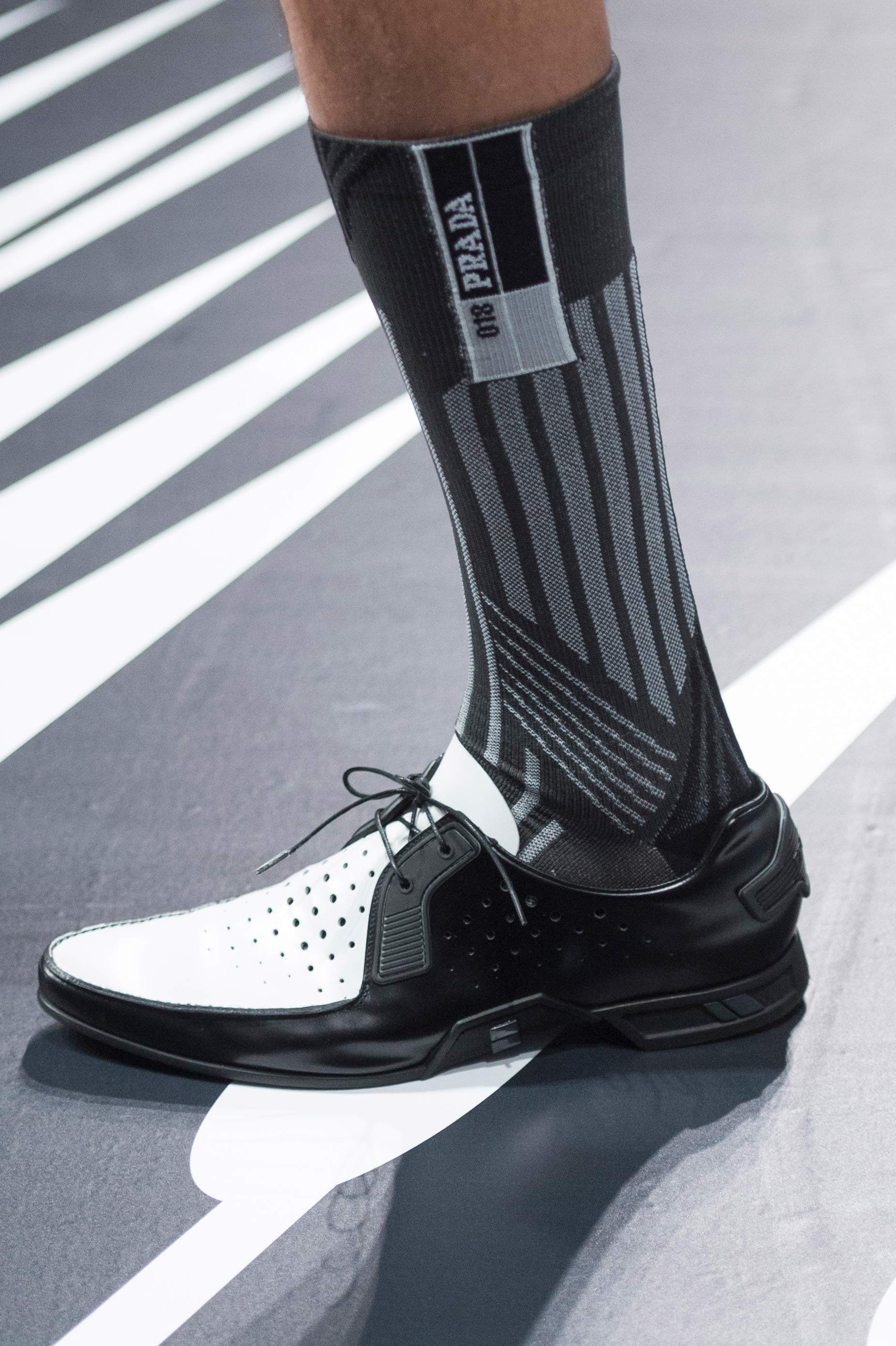 Cómics en tus pies: los zapatos que Prada presentó en eu colección primavera-verano. Foto: WGSN.