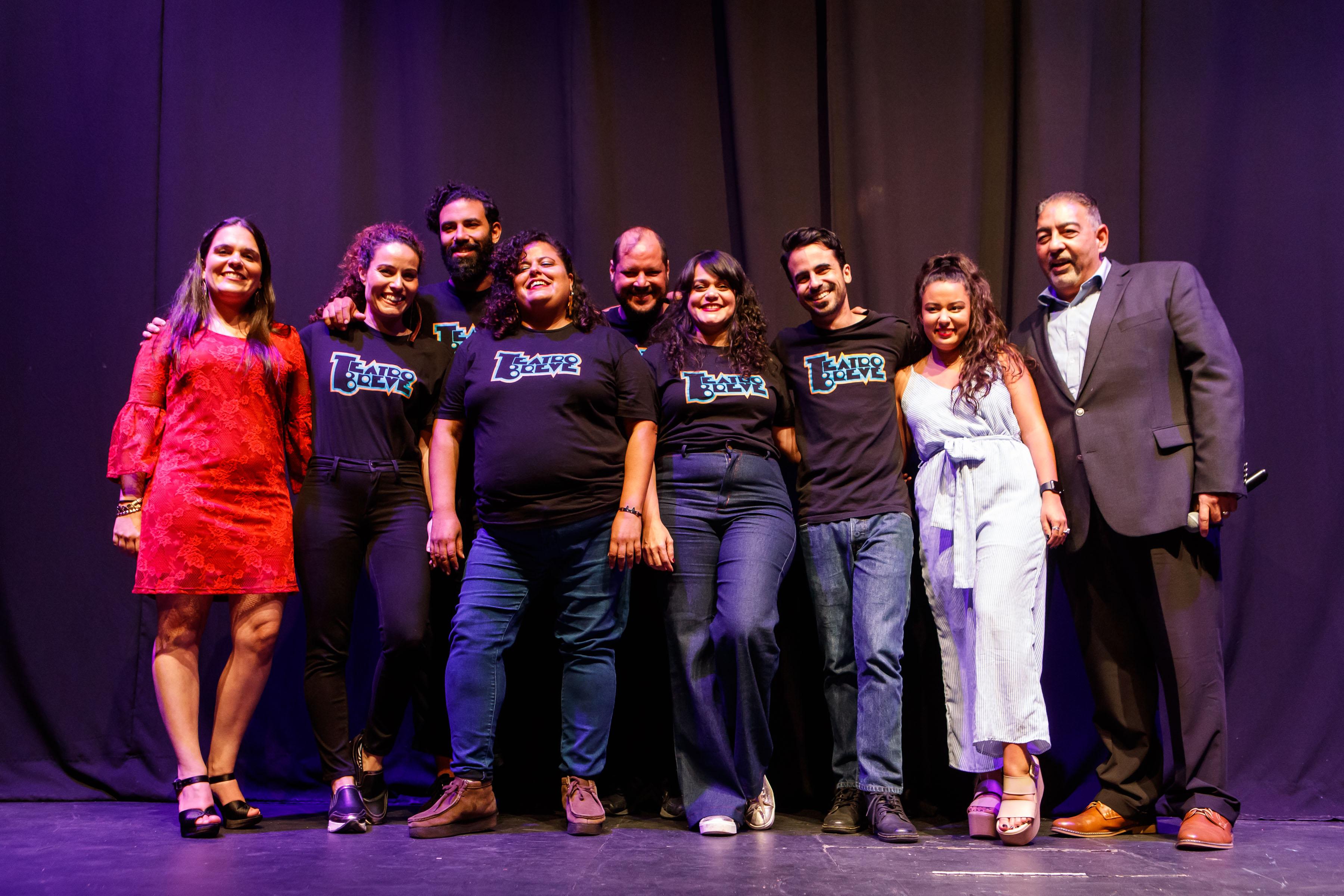 Priscilla Zayas, gerente de marca de Colgate Palmolive, el colectivo Teatro Breve y Carlos Santiago, gerente general de Colgate-Palmolive. (Suministrada)
